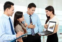 Группа в составе бизнесмены встречая компьтер-книжку Стоковое фото RF