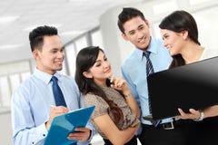 Группа в составе бизнесмены встречая компьтер-книжку Стоковые Изображения RF