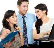 Группа в составе бизнесмены встречая компьтер-книжку Стоковое Изображение RF
