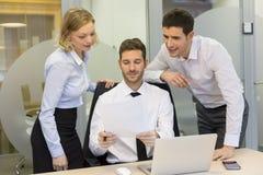 Группа в составе бизнесмены в встрече на офисе, деятельности на comp Стоковая Фотография RF