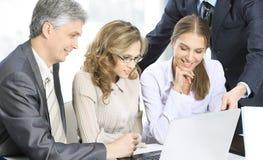 Группа в составе бизнесмены в офисе работая на проекте Стоковое Изображение RF