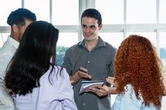 Группа в составе бизнесмены говоря о стратегии Стоковое Изображение RF