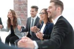 Группа в составе бизнесмены держа руки в круге Стоковое фото RF