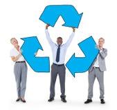 Группа в составе бизнесмены держать рециркулирует символ Стоковое Изображение