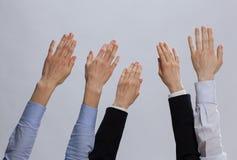 Группа в составе бизнесмены держа руки вверх Стоковые Фотографии RF