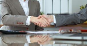 Группа в составе бизнесмены или юристы на встрече тряся руки, конец-вверх стоковое фото rf
