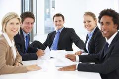 Группа в составе бизнесмены имея встречу в офисе Стоковое Фото