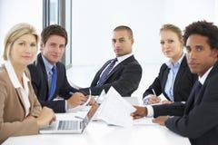 Группа в составе бизнесмены имея встречу в офисе Стоковые Фотографии RF