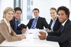 Группа в составе бизнесмены имея встречу в офисе Стоковое фото RF