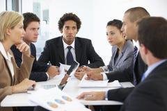 Группа в составе бизнесмены имея встречу в офисе Стоковая Фотография RF