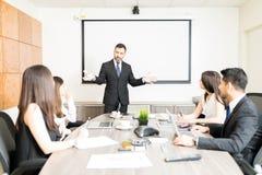 Группа в составе бизнесмены имея встречу решения проблем стоковое изображение rf