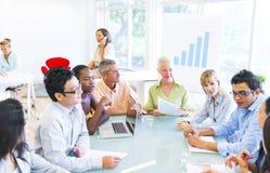 Группа в составе бизнесмены имея встречу Стоковое фото RF
