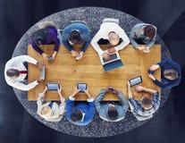 Группа в составе бизнесмены используя приборы цифров стоковые фотографии rf