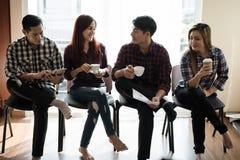 Группа в составе бизнесмены и женщины говоря друг к другу Имейте a Стоковая Фотография