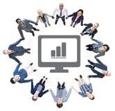 Группа в составе бизнесмены и компьютер с диаграммой Стоковые Изображения RF