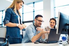 Группа в составе бизнесмены и разработчики программного обеспечения работая в команде в офисе стоковые изображения rf