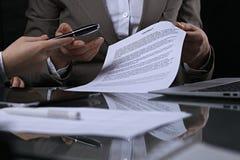 Группа в составе бизнесмены и юристы обсуждая контракт сидя на таблице Вождь женщины принимает ручку для подписания Стоковое Изображение