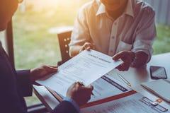 Группа в составе бизнесмены и юристы среднего возраста азиатские обсуждая и подписать контракт стоковые изображения