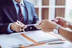 Группа в составе бизнесмены и юристы среднего возраста азиатские обсуждая и подписать контракт стоковое изображение
