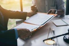 Группа в составе бизнесмены и юристы среднего возраста азиатские обсуждая и подписать контракт стоковые фото