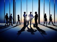 Группа в составе бизнесмены идя и обсуждая Стоковая Фотография RF