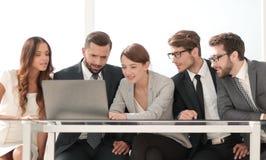 Группа в составе бизнесмены коллективно обсуждать совместно в конференц-зале стоковая фотография