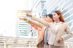 Группа в составе бизнесмены в костюме указывая вверх и смотря до f стоковая фотография rf