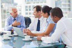 Группа в составе бизнесмены коллективно обсуждать совместно Стоковые Изображения RF