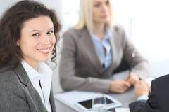 Группа в составе бизнесмены на встрече на предпосылке офиса Фокус на красивом брюнет Стоковое Изображение