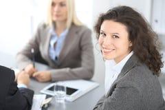 Группа в составе бизнесмены на встрече на предпосылке офиса Фокус на красивом брюнет Стоковое фото RF