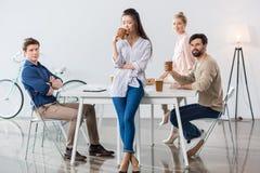 Группа в составе бизнесмены на рабочем месте в современном офисе Стоковая Фотография