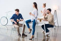 Группа в составе бизнесмены на рабочем месте в современном офисе Стоковое фото RF