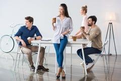 Группа в составе бизнесмены на рабочем месте в современном офисе Стоковые Изображения