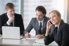 Группа в составе бизнесмены на современном столе офиса с компьютером Стоковые Фото