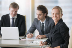 Группа в составе бизнесмены на современном столе офиса Стоковое Изображение