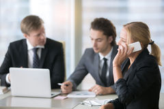Группа в составе бизнесмены на столе офиса с компьтер-книжкой Стоковая Фотография