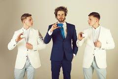Группа в составе бизнесмены нося официальные костюмы стоковые фотографии rf