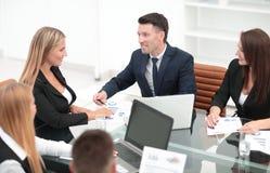 Группа в составе бизнесмены обсуждая новый финансовый проект Стоковые Фото