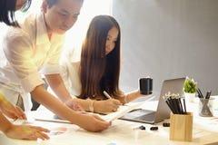 Группа в составе бизнесмены работая в команде в офисе Стоковое фото RF