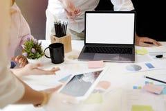 Группа в составе бизнесмены работая в команде в офисе Стоковые Изображения