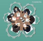 Группа в составе бизнесмены работая на взгляде столешницы Стоковое фото RF