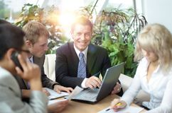 Группа в составе 4 бизнесмены работая на встрече Стоковое Фото