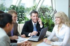 Группа в составе 4 бизнесмены работая на встрече Стоковая Фотография