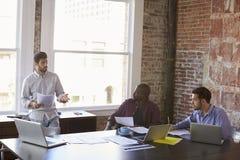 Группа в составе бизнесмены работая совместно в зале заседаний правления Стоковое Фото