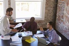 Группа в составе бизнесмены работая совместно в зале заседаний правления Стоковая Фотография RF