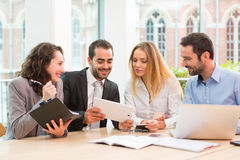 Группа в составе бизнесмены работая совместно на офисе Стоковая Фотография RF