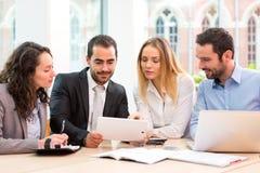 Группа в составе бизнесмены работая совместно на офисе Стоковое фото RF