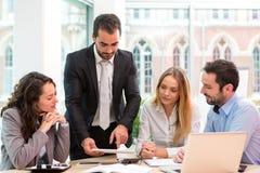 Группа в составе бизнесмены работая совместно на офисе Стоковые Фото