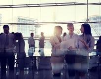 Группа в составе бизнесмены работая совместно Стоковые Изображения
