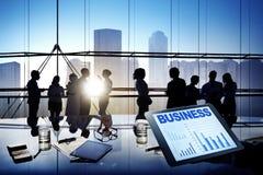 Группа в составе бизнесмены работая совместно Стоковые Изображения RF